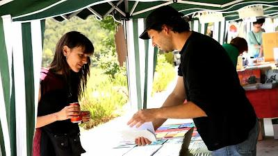 Ferran Cerdans mostrant Llibres Artesans a Bellprat