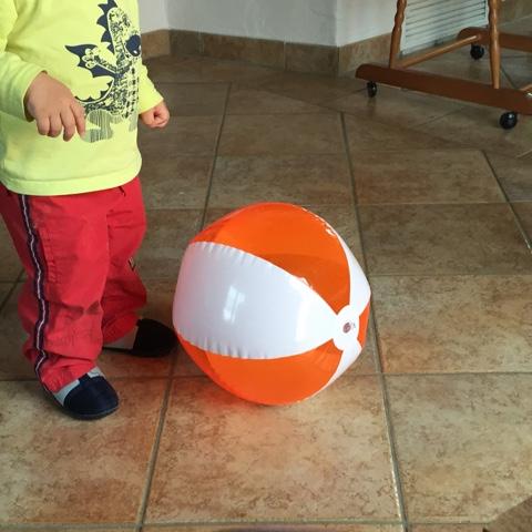 Kind spielt mit Wasserball