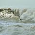 Surfista encara onda gigante em Rio das Ostras e imagem bomba na internet