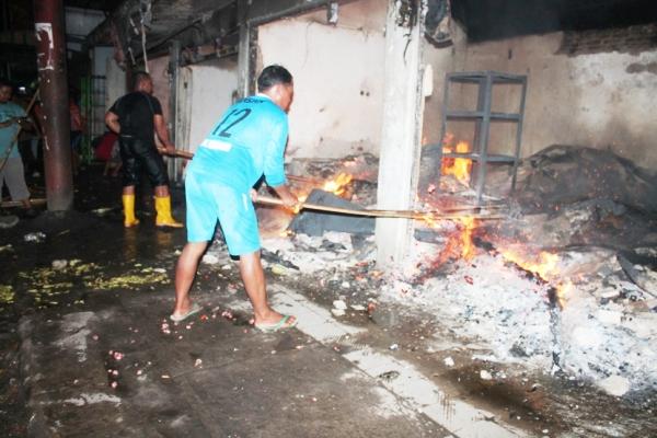 berita foto video sinar ngawi terkini: Sebelum terbakar, salah satu kios dipasar walikukun muncul asap hitam