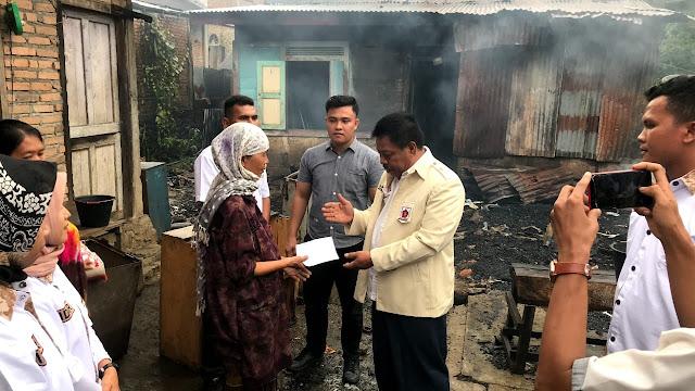 Ketua DPRD Pasbar Bantu Korban Kebakaran di Jorong Pinaga.