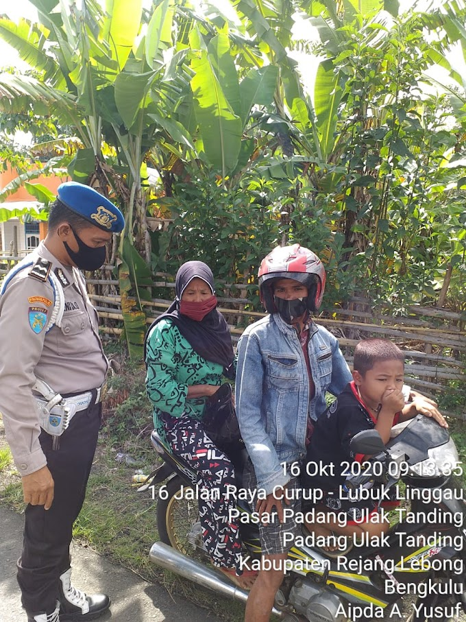 Razia masker terhadap masyarakat dan memberikan teguran yang tidak menggunakan masker.