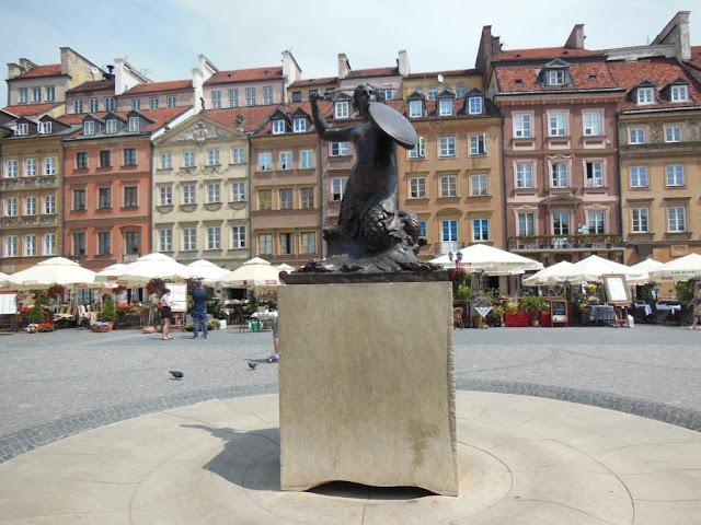 Plaza de la Ciudad Vieja con la estatua de la Sirena