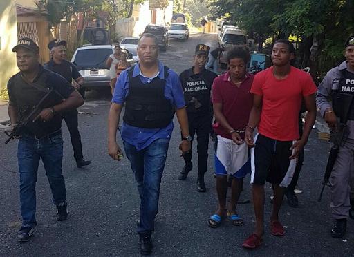 Policia nacional y ministerio publico apresa supuesto vendedor de drogas durante amplio for Ministerio policia nacional