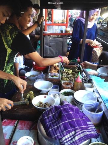 maniak-makan-kawasan-surya-kencana-bogor-chinatown-kuliner-khas-soto-kuning-pa-bongkok-proses-peracikan