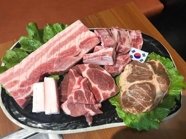 這間韓式烤肉一直是我心中的第一名呢!! 肉給的實在,喜歡吃肉的肯定要選擇這間,有別于其他烤肉店...肉給的不實在,油花也不均勻。一分錢真的一分貨!