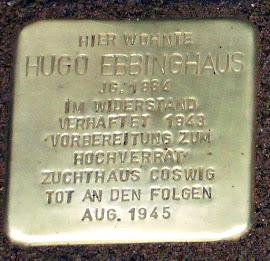 Stolperstein: »Hier wohnte Hugo Ebbinghaus, Jahrgang 1884. Im Widerstand verhaftet. 1943 ›Vorbereitung zum Hochverrat‹. Zuchthaus Coswig. Tot an den Folgen, August 1945«.