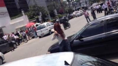 Mulher ciumenta destrói carro do namorado à martelada