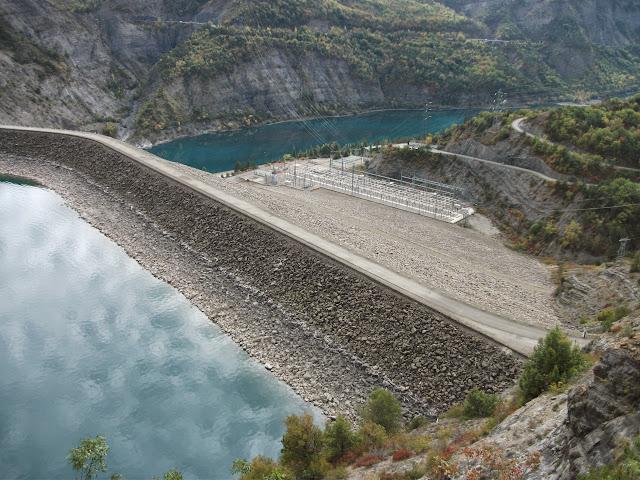 Barrage de Serre-Ponçon depuis le site d'observation, le 16 octobre 2014.