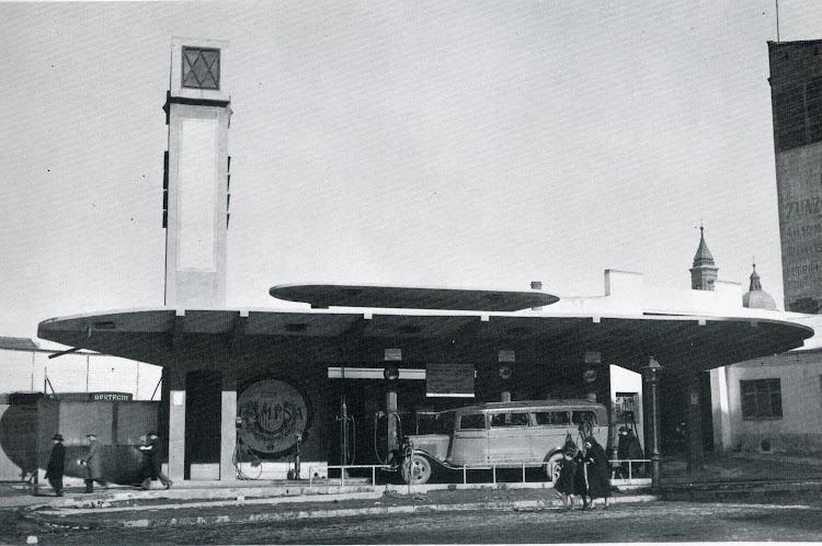 La famosa estación de servicio de Petroleos Porto Pi en Madrid. Arquitectura racionalista. 1927. Diseñada por Casto Fernandez Shaw. Del libro Cincuenta años de Campsa. 1927-1977.jpg