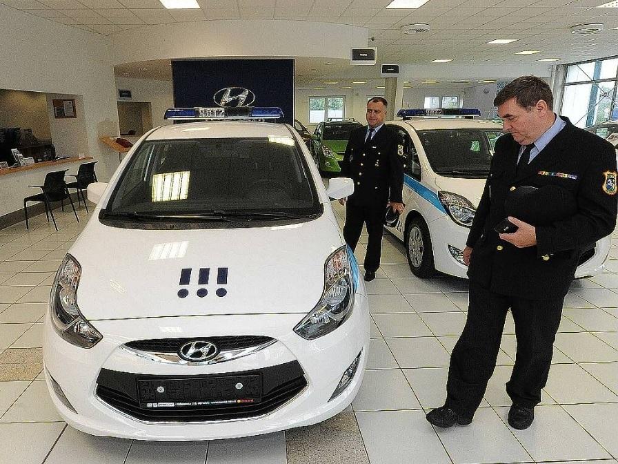 Czechy. Strażnicy Miejscy z Ostravy poczas uroczystego przekazania Hyundaiów ix20 CNG
