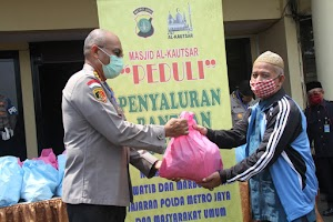 Ringankan Beban Ekonomi, Polres Metro Jaya Salurkan Bantuan