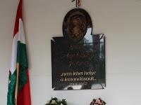 15 A megemlékezés koszorúi az emléktábla előtt.JPG