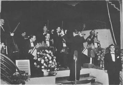 Juan Carlos Cobian dirige su orquesta en el Empire en 1943