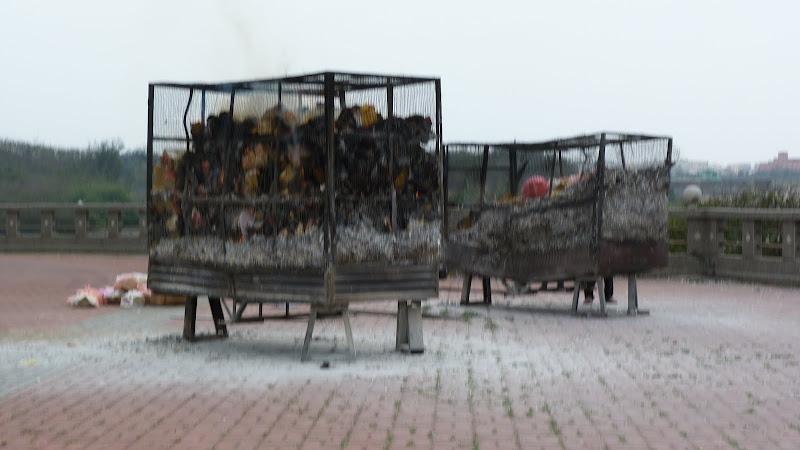 Tonnes de papier brulées pendant la fête du nettoyage des tombes. On estime que chaque année, ce sont 200.000 tonnes qui sont brulées...