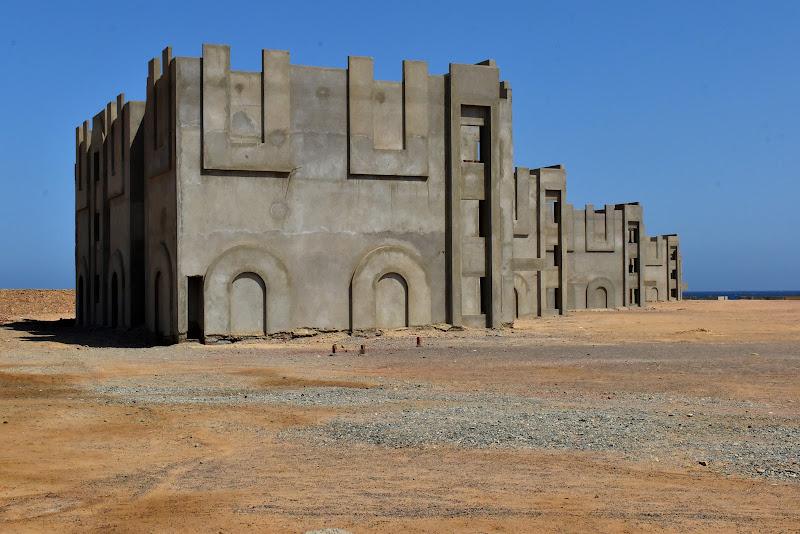edifici vuoti nel nulla, senza vita di renzo brazzolotto