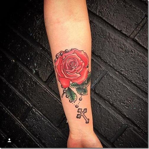 version_femenina_con_la_rosa_roja_en_el_brazo
