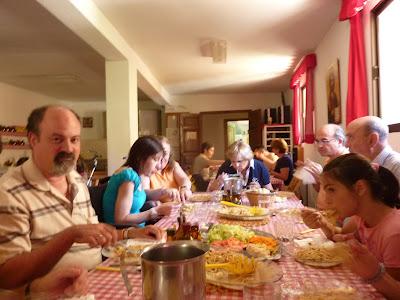 Comiendo en la Casa de Acogida