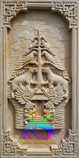 Relief batu alam wayang gunungan atau kayon