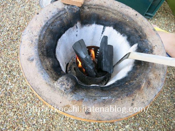 火起こしの手順2-炭を立てて入れる