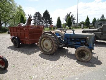 2018.05.27-034 tracteur et sa remorque à cheval