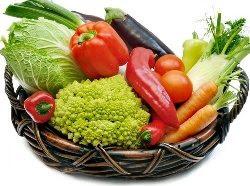 Корзина с разными овощами