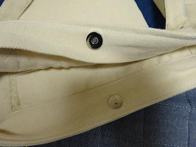 マグネットボタンで開閉、内側にオープンポケット