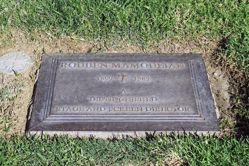 Надгробие са Лампадка из покостовского гранита Златоуст
