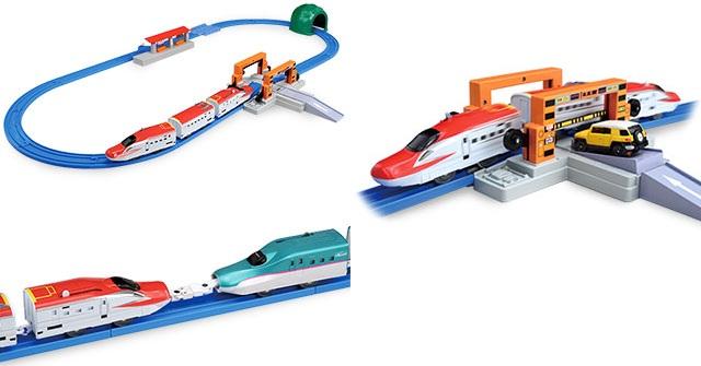 Hình ảnh giống thực tế của Bộ tàu hỏa Shinkansen Super Komachi giao cắt với đường bộ Tomica Arch Rail Crossing