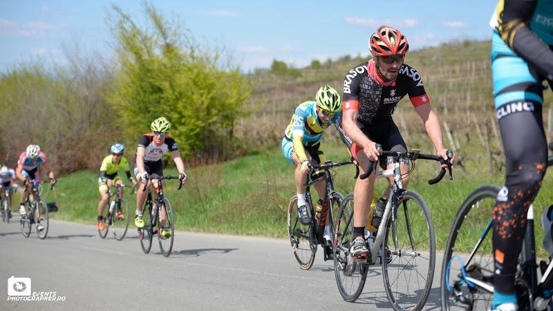 Pe prima urcare, camuflat printre baietii de la HC Cycling Team.