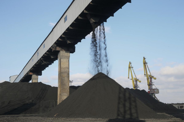 Coal piles are seen at a warehouse of the Trypillian thermal power plant, owned by Ukrainian state-run energy company Centrenergo, in Kiev region, Ukraine, 23 November 2017. Photo: Valentyn Ogirenko / REUTERS