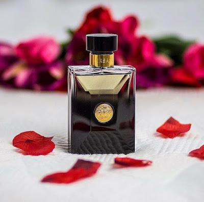 Perfume Versace Oud Noir é uma fragrância amadeirada oriental