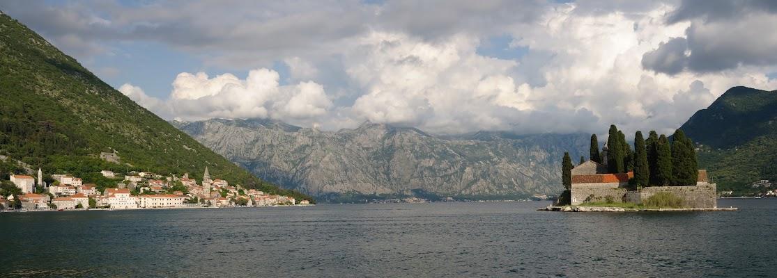 Blick auf Perast, die Insel St. Georg und das  Lovcen Gebirge