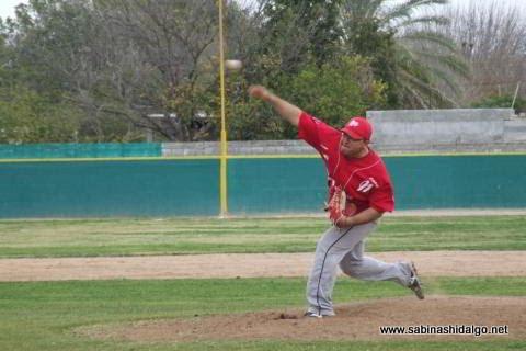 Oswaldo Macías lanzando por Tiburones en el beisbol municipal