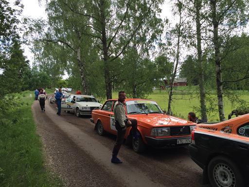 Stämningsbild från TK-kön inför SS2. Fredrik Menck syns leende stoppa upp huvudet vid skärmen och i blått ses Björn Kallin undra var hans co-driver tagit vägen.