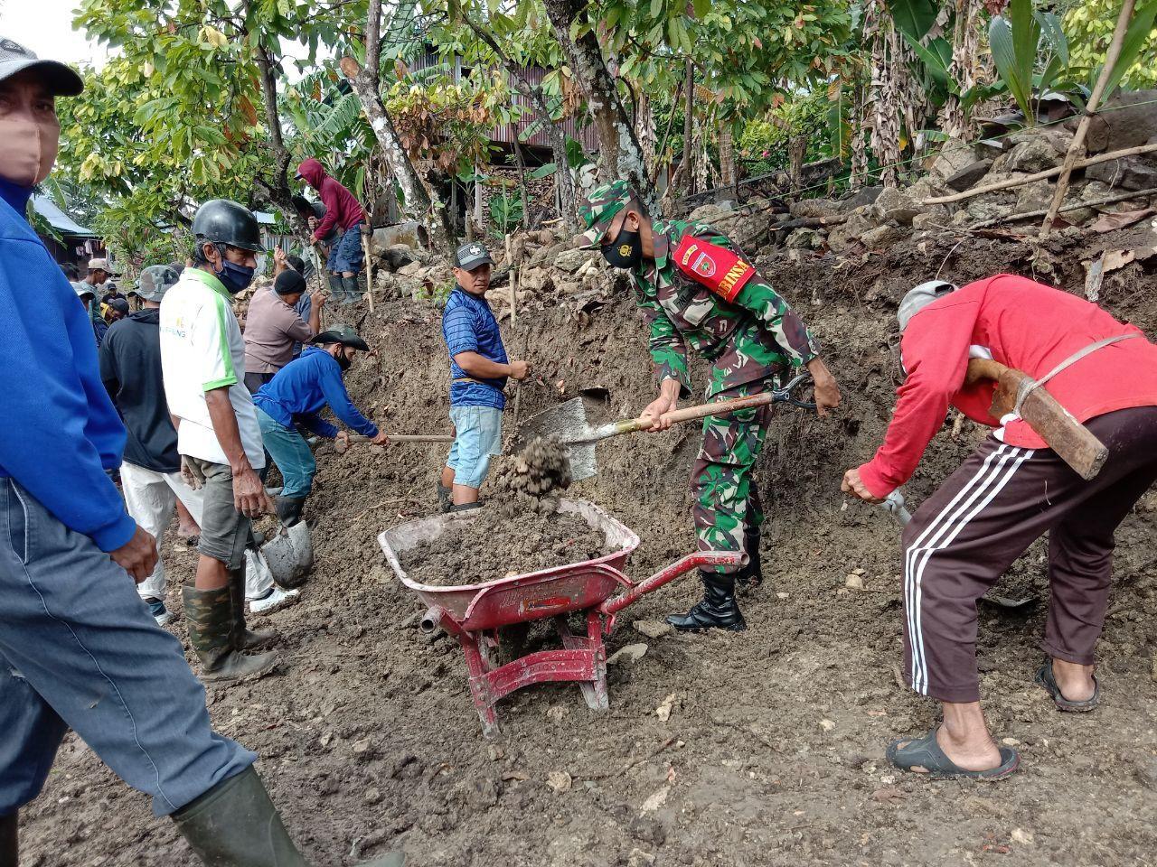 Serda Mustakim Bersama Warga Desa Gattareng Membangun Jalan di Dusun Kabuttu