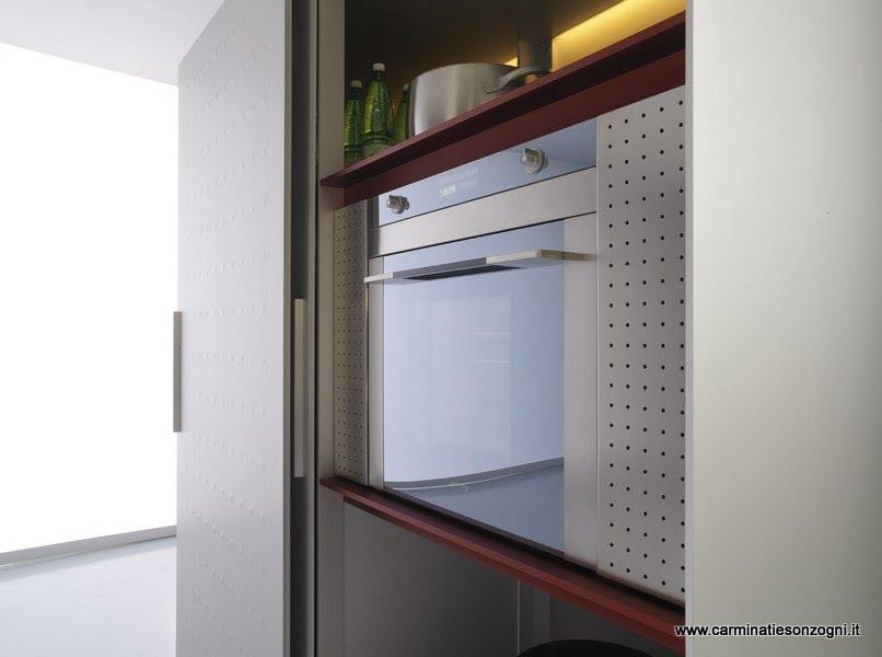 cucina Valcucine mod.riciclantica, particolare dell'armadiatura con ante scorrevoli che nascondono frigo, forno e dispensa .jpg