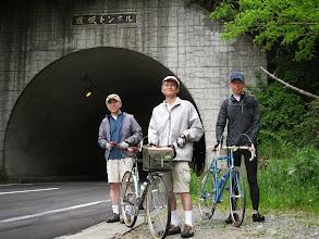 写真: 道坂トンネル。こちらが峠の印です。