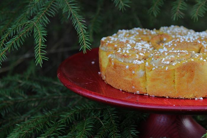 Närbild på butterkaka med saffran och mandel, dekorerad med pärlsocker.