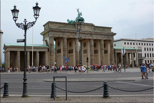 Puerta de Brandenburgo (Brandenburger Tor) desde la Platz Des 18. März (2015)