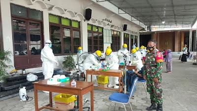 Babinsa  Koramil 04/Sewon Melakukan Pengamanan Pada Kegiatan Test Swab di Wilayah Binaan