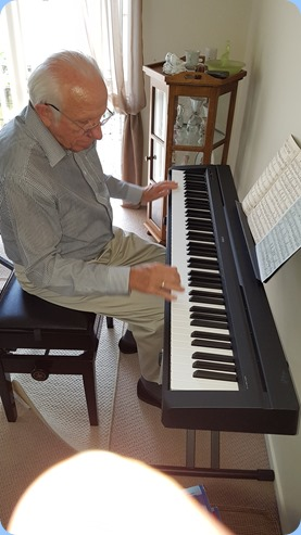 Rob Powell playing a basic Yamaha digital pinao (his beautiful Clavinova is away at the moment for service).