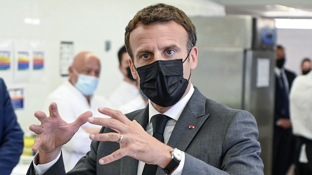"""Monemto en que le dan un """"GALLETON"""" al Presidnete de Francia"""