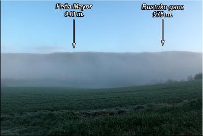 Peña Mayor y Bustuko gana visto entre la niebla desde Zurbitu