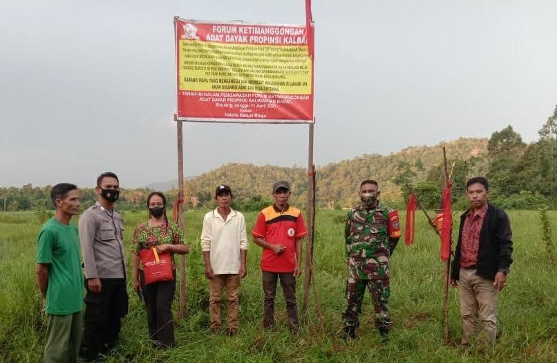 """Tanah Sengketa di Kab. Mempawah Kalbar Dipasang Tanda """" Ngatarangi """" Adat Dayak"""