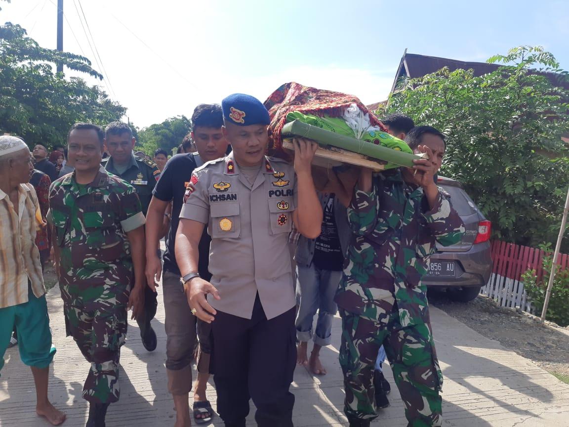 Danyon C Pelopor Brimob Bone Bersama Danramil Kota Usung Jenazah Wartawan Sindo Ke TPU