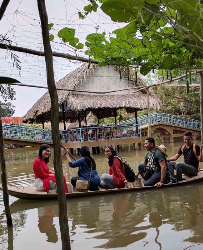 kayuh perahu di pulau di sungai mekong