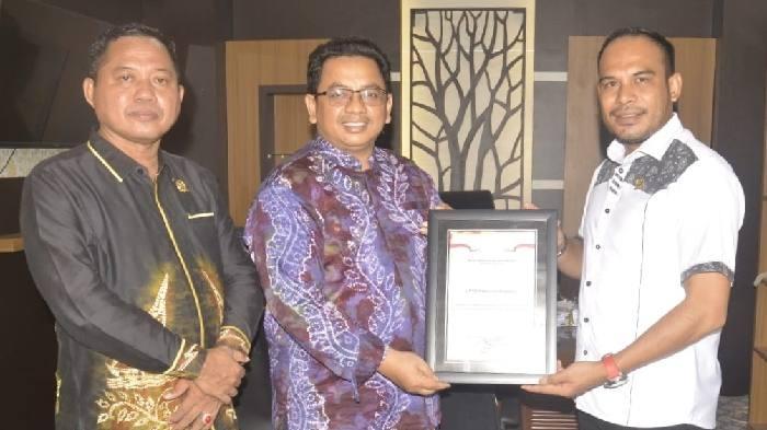 Wamenkumham Yasonna Laoly memberikan penghargaan kepada DPRD Kotabaru, terkait peran aktif lembaga legislatif ini dalam mendukung transparansi informasi publik. Melalui website terpadu JDIHN (Jaringan Dokumen Informasi Hukum Nasional).