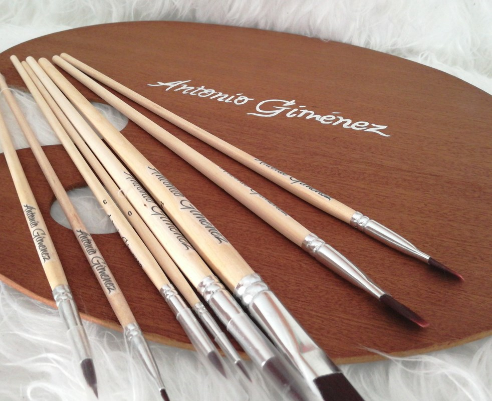 paleta de pintura con pinceles personalizados