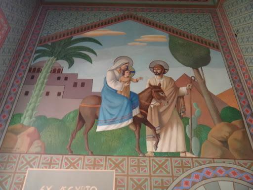 """A arte da capela refere-se a fuga da Sagrada Família para o Egito. Esse quadro também faz alusão à Nossa Senhora do Desterro. Diz o evangelho de São Mateus que, após a partida dos Reis Magos, um anjo do Senhor apareceu em em sonhos a São José e disse: _ """" Levanta, toma o menino a sua mãe e foge para o Egito; permanece lá até que eu te avise, porque Herodes procura o menino para o matar. """" José levantou-se, tomou durante a noite Jesus e sua mãe e retirou-se para a terra dos faraós, ficando ali até a morte de Herodes. (Mt 2,13-14)."""